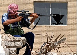Tay súng giấu mặt đang gieo rắc nỗi khiếp sợ kinh hoàng cho khủng bố IS là ai?