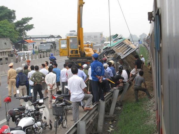 Nhiều người dân có mặt tại hiện trường vụ tai nạn