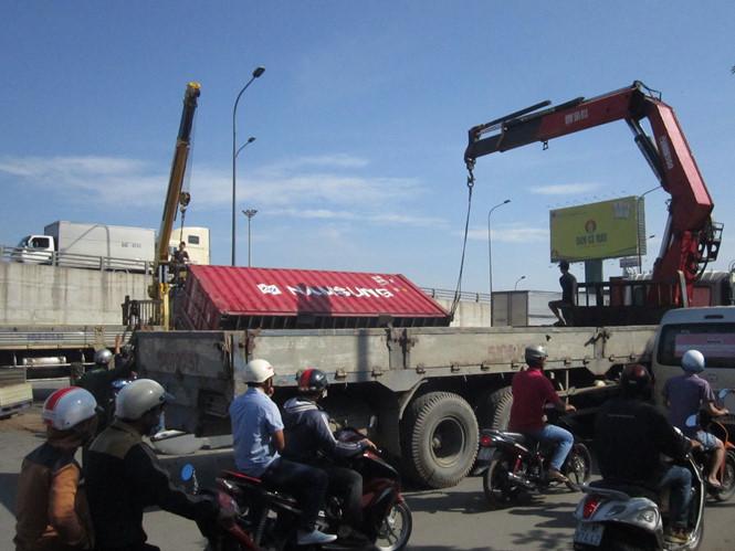 Thùng container được xe cứu hộ cẩu lên sau tai nạn giao thông