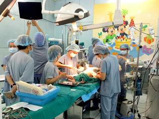 Phút giành giật sự sống cho bé trai bị 2 thanh sắt đâm thủng tim