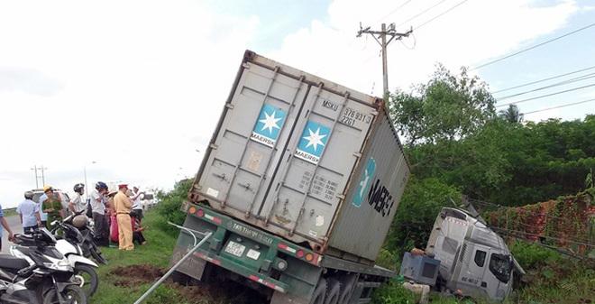 Hiện trường vụ tai nạn giao thông xe đầu kéo tông gãy 3 cột điện
