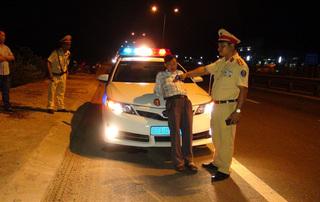 Phạt nặng tài xế say rượu cố thủ trong xe, văng tục với CSGT