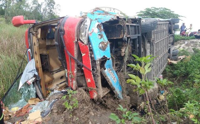 Chiếc xe khách bị hư hỏng nặng sau vụ tai nạn giao thông kinh hoàng