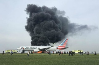 Làn khói đen 'tử thần' bốc lên từ máy bay Mỹ chở gần 200 người