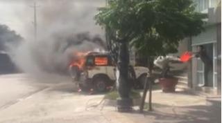 Công an phường múc nước 'giải cứu' ô tô tự bốc cháy trước trụ sở