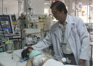 Bác sĩ hai bệnh viện phối hợp mổ khẩn cấp cứu bé trai ngã lầu