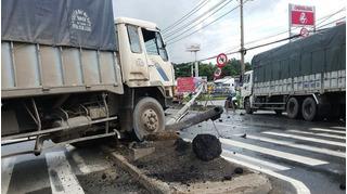 Tin tai nạn giao thông mới nhất 30/10: Xe taxi tông 3 bố con nguy kịch