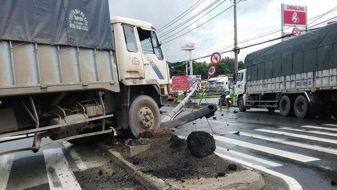 Hiện trường vụ tai nạn giao thông xe tải đâm gãy cột điện
