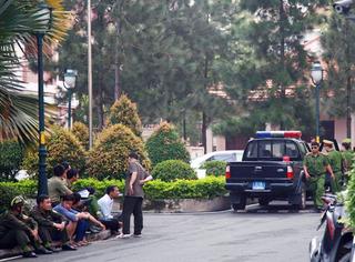 Thầy giáo người Mỹ 'cố thủ' cùng 2 con trong chung cư ở Sài Gòn