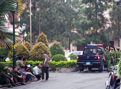 cảnh sát bao vây khu chung cư