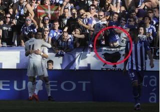 CĐV Alaves chổng mông vào mặt Ronaldo