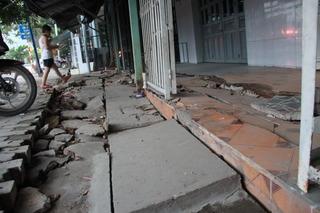 Làm đường khiến nhà dân nứt như động đất tính sao đây?