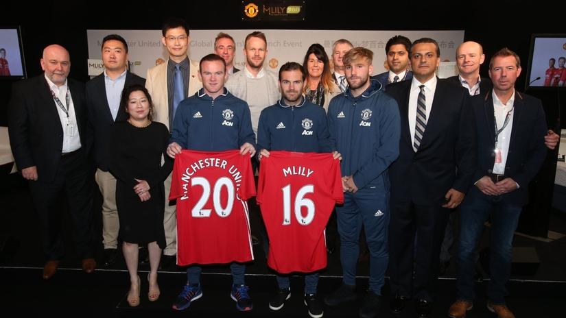 Các cầu thủ Man United cùng đối tác của Mlily