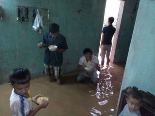 Lặng người cảnh gia đình ở Quảng Bình ăn mì tôm trong căn nhà ngập nước