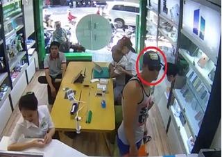 Clip cướp iPhone 7 siêu nhanh của vị khách Tây đẹp trai