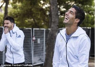Suarez gây bất ngờ với pha đỡ bóng không thể tin được