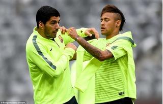 Suarez nghịch dại với Neymar và cái kết