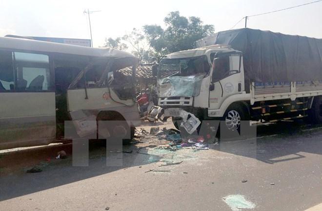 Một vụ tai nạn giao thông giữa xe tải và xe khách