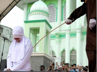 Indonesia: Bị phạt quất roi vì... đứng gần bạn trai