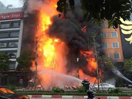 Hình ảnh quán karaoke bị cháy trên đường Trần Thái Tông