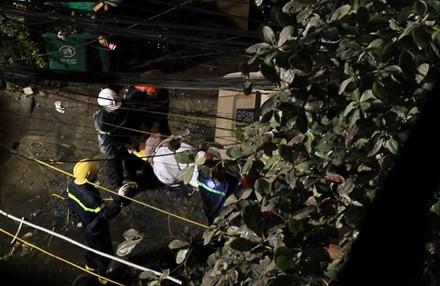 Lính cứu hỏa đưa nạn nhân ra khỏi đám cháy