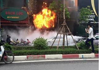 Sự vô cảm đến lạnh người giữa đám cháy lớn trên đường Trần Thái Tông