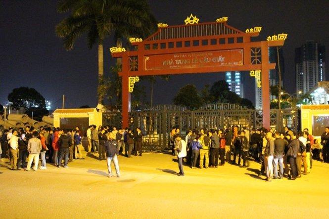Gia đình các nạn nhân trong vụ cháy quán karaoke Trần Thái tập trung trước cổng nhà tang lễ