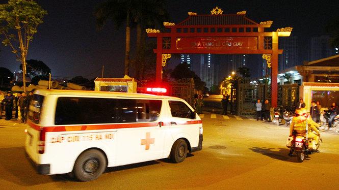 Xe cấp cứu đưa thi thể nạn nhân vụ cháy ở Trần Thái Tông về Nhà tang lễ Cầu Giấy
