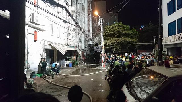 Phía sau 4 ngôi nhà bị cháy trên đường Trần Thái Tông vào lúc 20h03 ngày 1/11