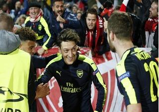 Messi ư? Không, đó là Mesut Ozil