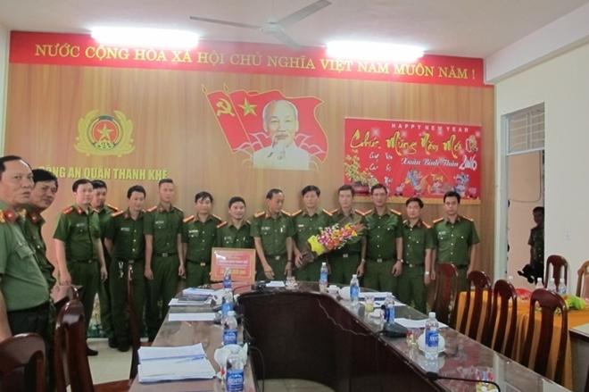PGĐ CA Đà Nẵng trao thưởng cho CS huyện Hương Khê