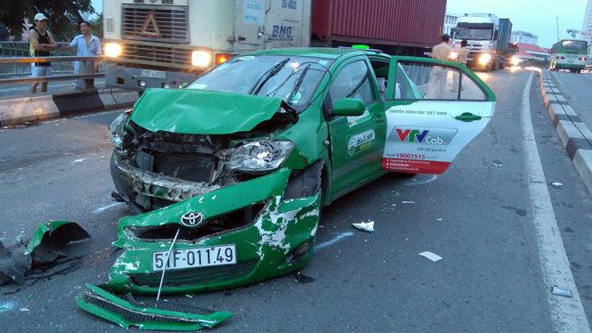 Hiện trường vụ tai nạn giao thông trên cầu Khánh Hội