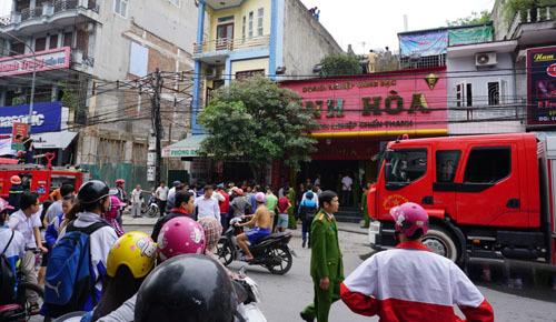 Người dân hiếu kỳ theo dõi vụ cháy  mới nhất ở Thanh Hóa