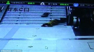 Hành động sau khi ngã 30 bậc cầu thang đến 'vỡ đầu' của người phụ nữ khiến ai cũng câm nín