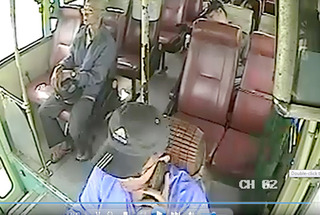 Đình chỉ tài xế xe buýt thả vô lăng nghe điện thoại 5 phút, lái 50km/h