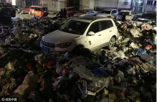 Nhớ ngó trước ngó sau trước khi đỗ xe nếu không muốn bơi trong rác thối