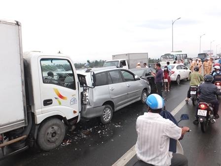 Hiện trường vụ tai nạn giao thông trên cầu Rạch Miễu