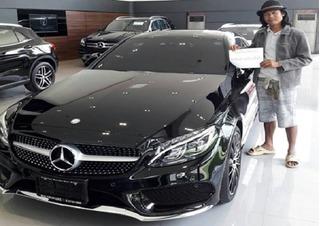 Người đàn ông đi dép lê đi mua xe Mercedes và cái kết bất ngờ