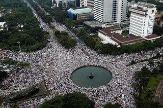 Biểu tình khổng lồ ở Jakarta chống thị trưởng gốc Trung Quốc