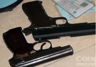 Dùng 2 khẩu súng để