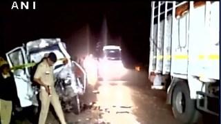 Xe buýt đâm trực diện vào xe tải, 14 người thiệt mạng