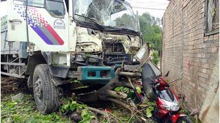Hai ngày, hai vụ xe tải mất lái lao thẳng vào nhà dân