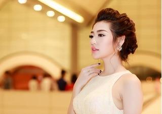 Tú Anh đeo nhẫn kim cương 1,6 tỷ đồng dự sự kiện