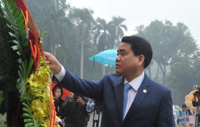 Ông Nguyễn Đức Chung dẫn cùng đoàn đại biểu đặt vòng hoa tưởng niệm tại tượng đài Lê Nin
