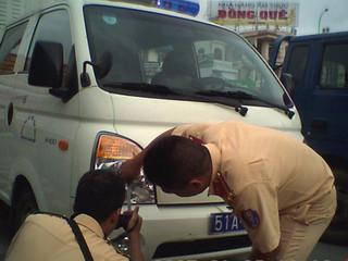 Xe cảnh sát gặp tai nạn ở Sài Gòn vì dân say xỉn