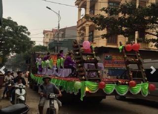 Độc lạ: Lễ ăn hỏi tổ chức trên thùng xe tải ở Vĩnh Phúc