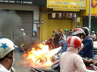 """Người dân hoảng hốt vì ô tô, xe máy """"thi nhau"""" bốc cháy"""