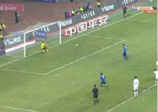 Cú sút panenka khiến thủ môn ngỡ ngàng ở giải Nhật