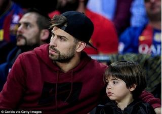 Pique ngồi ngoài trong trận đấu Barcelona thắng Real với cách biệt 10 bàn