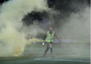 CVĐ ném pháo sáng rực trời  trong cup FA